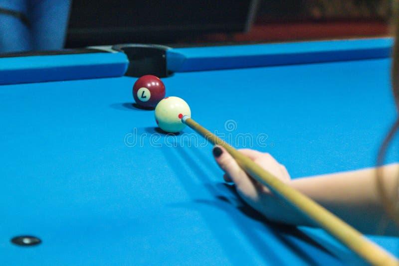 Handhåll en billiardpinne på en billiardtabell som är klar att slå arkivbild