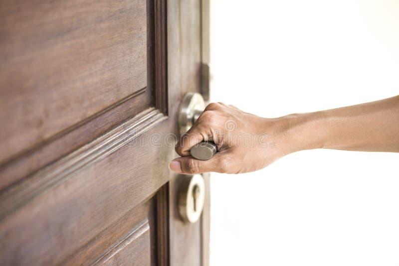 Handhållhandtag av den wood dörren arkivbilder