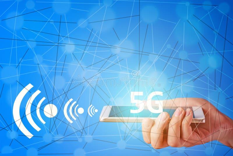 Handhållsmartphone med radion för nätverk 5G arkivbilder