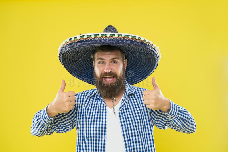 Handhaaf traditie Mexicaanse kerel feestelijke uitrusting klaar te vieren Van de de slijtagesombrero van de mensen de gebaarde vr royalty-vrije stock foto's