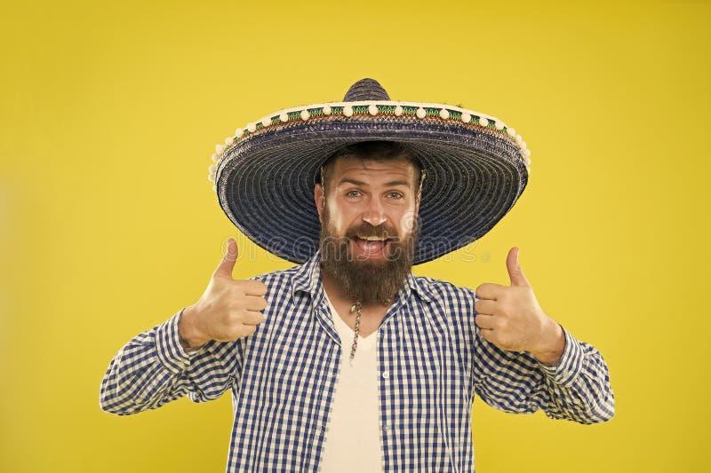 Handhaaf traditie Mexicaanse kerel feestelijke uitrusting klaar te vieren Van de de slijtagesombrero van de mensen de gebaarde vr stock foto