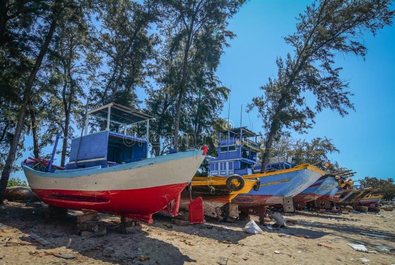 Handhaaf vissersboten op strand stock fotografie