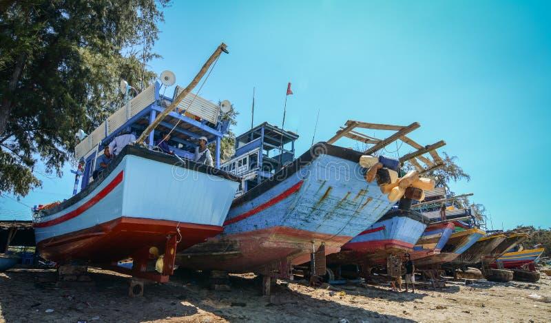 Handhaaf vissersboten op strand royalty-vrije stock afbeeldingen