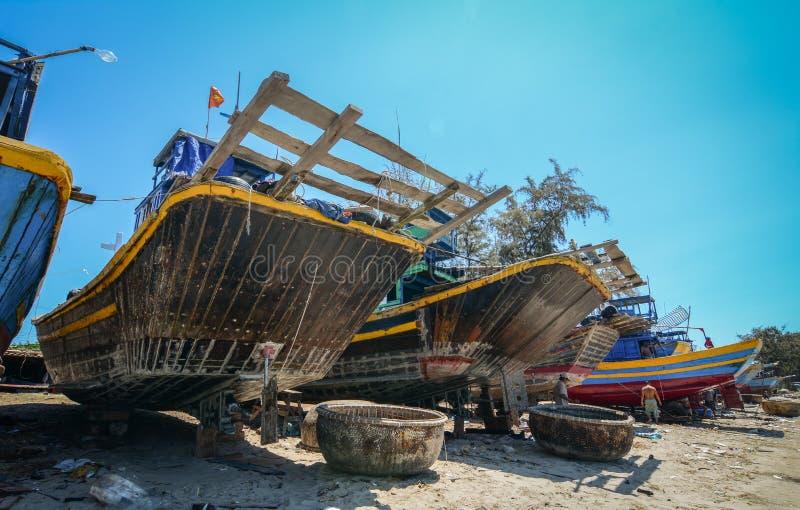 Handhaaf vissersboten op strand royalty-vrije stock afbeelding