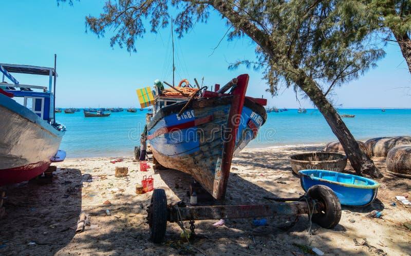 Handhaaf vissersboten op strand stock afbeeldingen