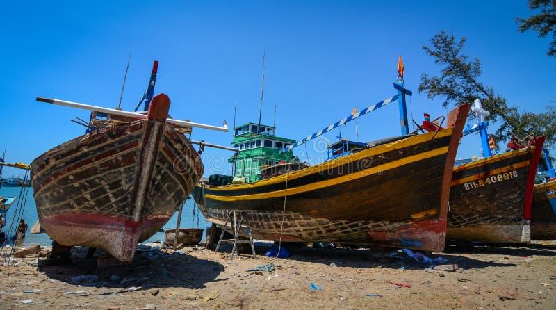 Handhaaf vissersboten op strand stock foto's