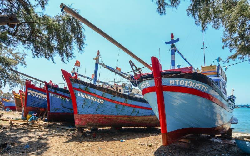 Handhaaf vissersboten op strand stock afbeelding