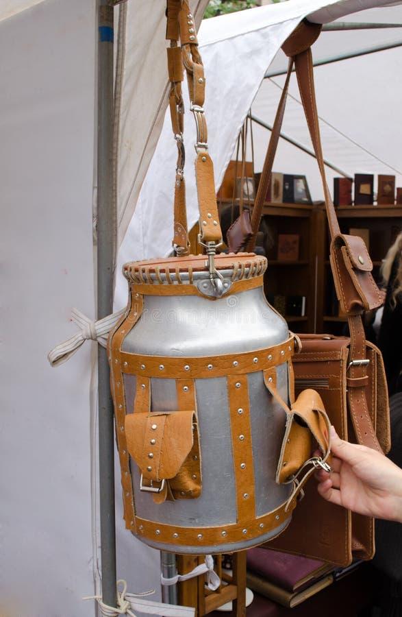 Handhaben braune Lederbandtaschen des Butterfasses lang stockbilder