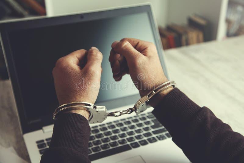 Handhandcuffs op toetsenbord royalty-vrije stock fotografie
