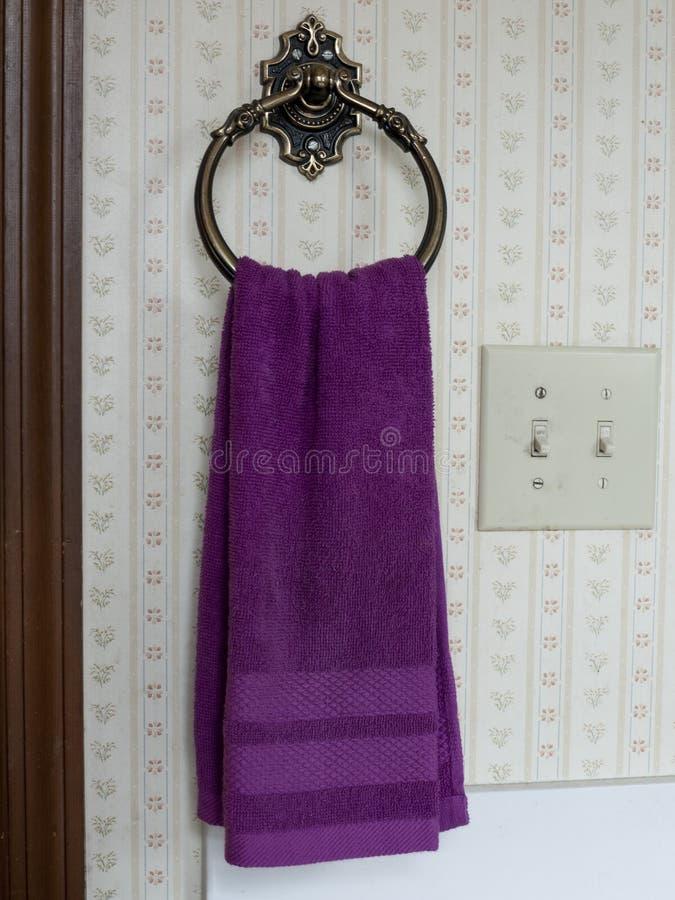 Handhandduk på en hangar royaltyfria bilder