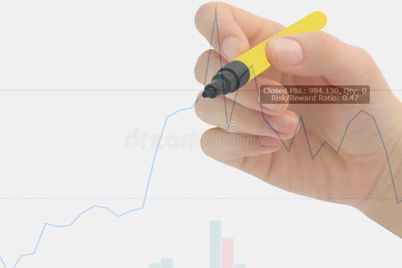 Handhandstil på affärsgraf och finansiell indikator för materiel Lagerföra eller begreppet för affärsmarknadsanalys kopieringsutr arkivfoton