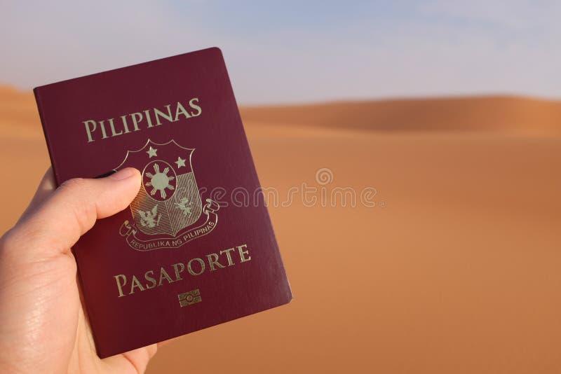 Handhaven van een paspoort in de woestijn van Saudi-Arabië royalty-vrije stock foto's