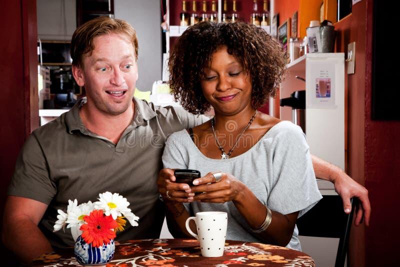 handheld blandad telefonrace för par fotografering för bildbyråer