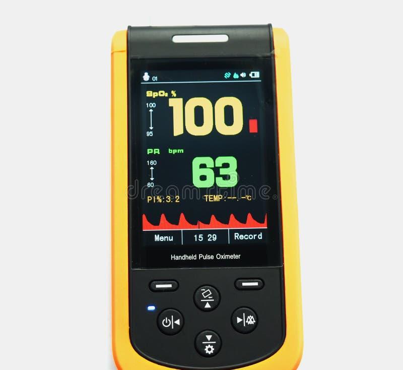 Handheld pulsoximeter, den medicinska apparaten som isoleras på vit bakgrund royaltyfri fotografi