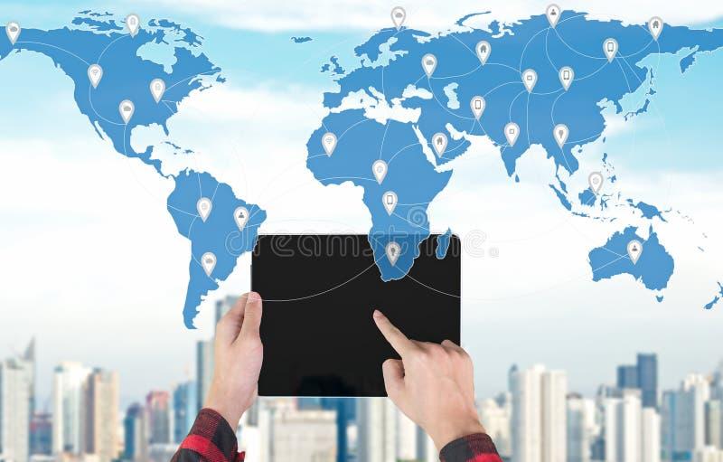 Handholding die op laptop met de kaart binnen wereld, de globale mededeling en de controle controleren, stock fotografie