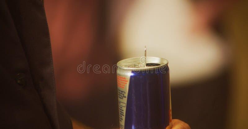 Handholding Dose des Energie-Getränks stockfoto