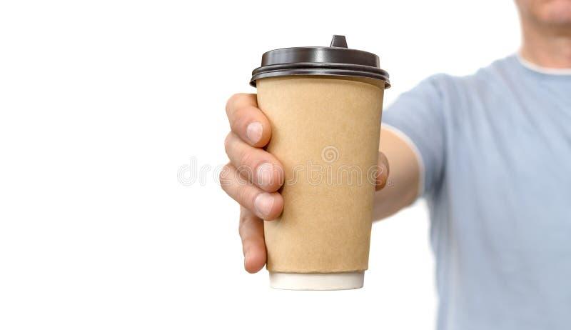 Handholding en van het aanbiedingen pakpapier koffiekop op wit stock foto's