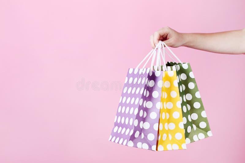 Handholding het winkelen zakken royalty-vrije stock afbeelding