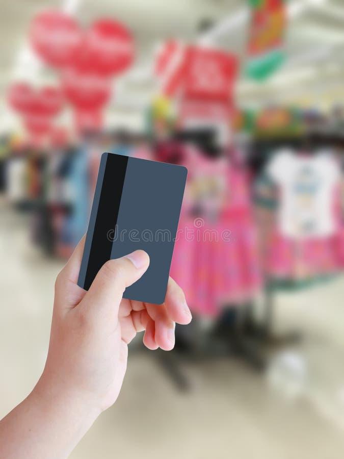 Handholding Kreditkarte stockfoto