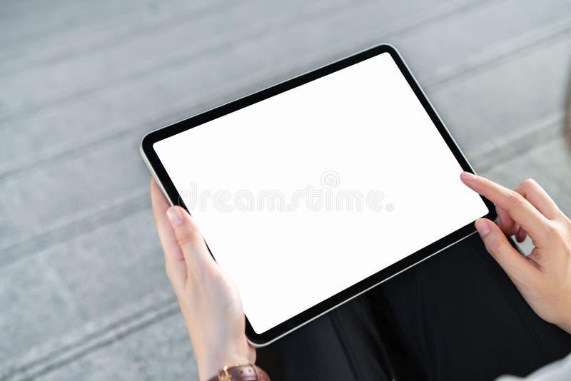 Handholding-Tablettenleerer bildschirm auf lokalisiert lizenzfreies stockfoto
