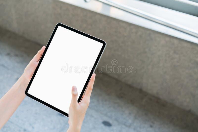 Handholding-Tablettenleerer bildschirm an Nehmen Sie Ihren Schirm, um an annoncieren zu setzen stockfotos