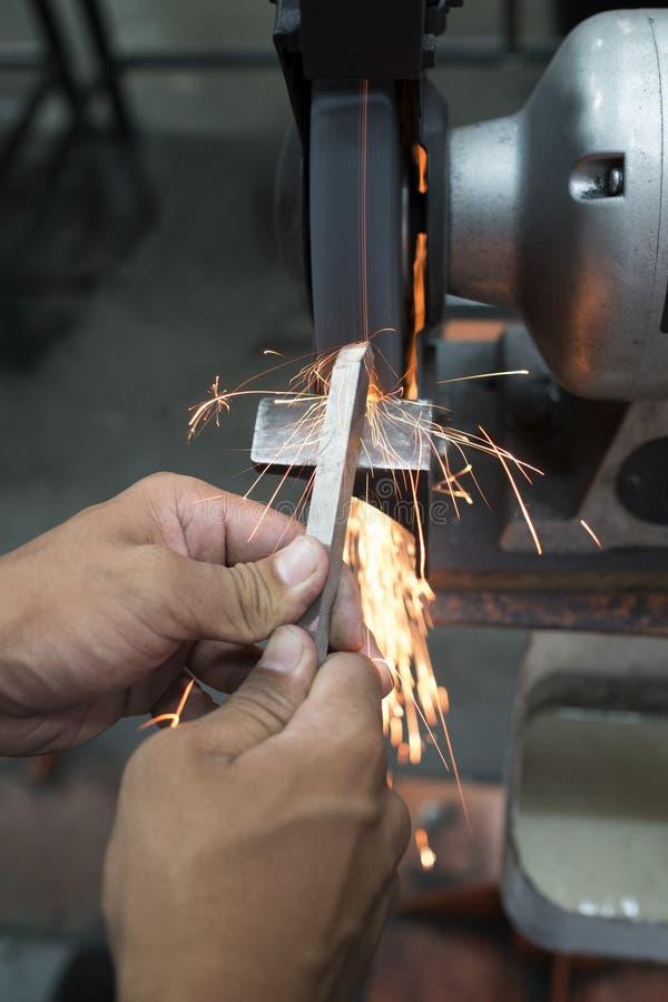 Handholding voor het malen van staal stock fotografie