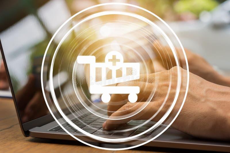 Handholdingkreditkarte für das on-line-Einkaufen auf Laptop lizenzfreie stockfotografie