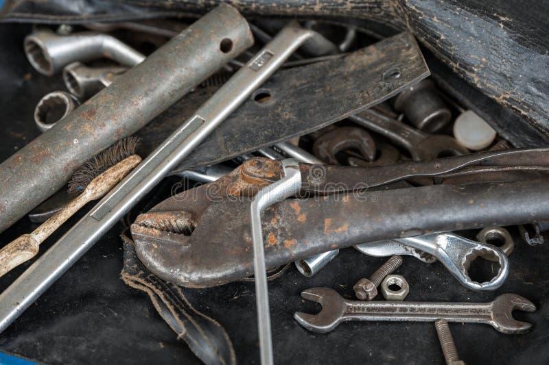 Handhulpmiddelen met oude roestmoersleutel, bouten, sleutels royalty-vrije stock afbeelding