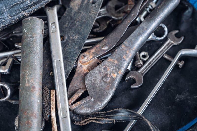 Handhulpmiddelen met oude roestmoersleutel, bouten, sleutels royalty-vrije stock foto's