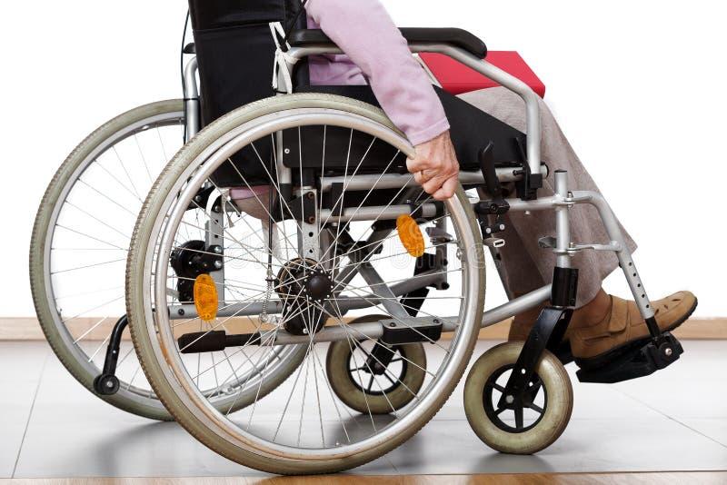 Handicapé sur le fauteuil roulant images libres de droits