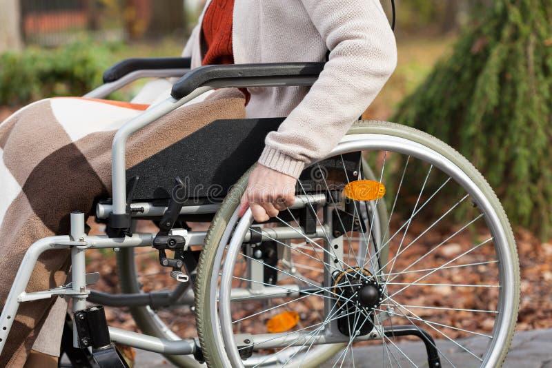 Handicapé sur le fauteuil roulant en parc photo stock