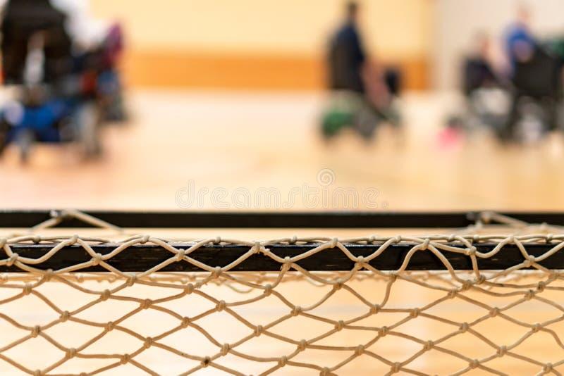 Handicapés dans la tache floue sur un fauteuil roulant électrique jouant des sports, hockey de powerchair IWAS - Fauteuil roulant photos stock