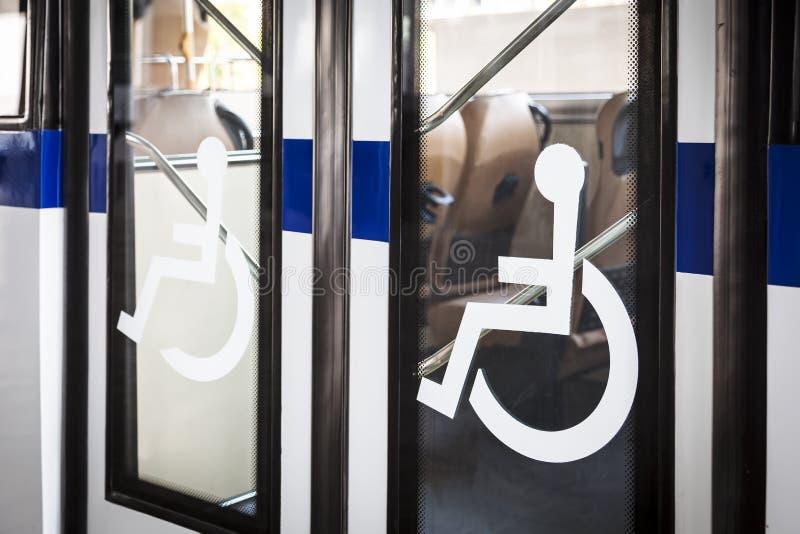 Handicap signange op de ingang van de busdeur royalty-vrije stock afbeelding