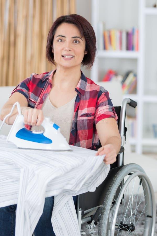 Handicaped osoba herself musi robić housekeeping obraz royalty free