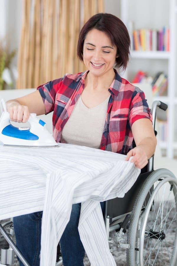 Handicaped osoba herself musi robić housekeeping obraz stock