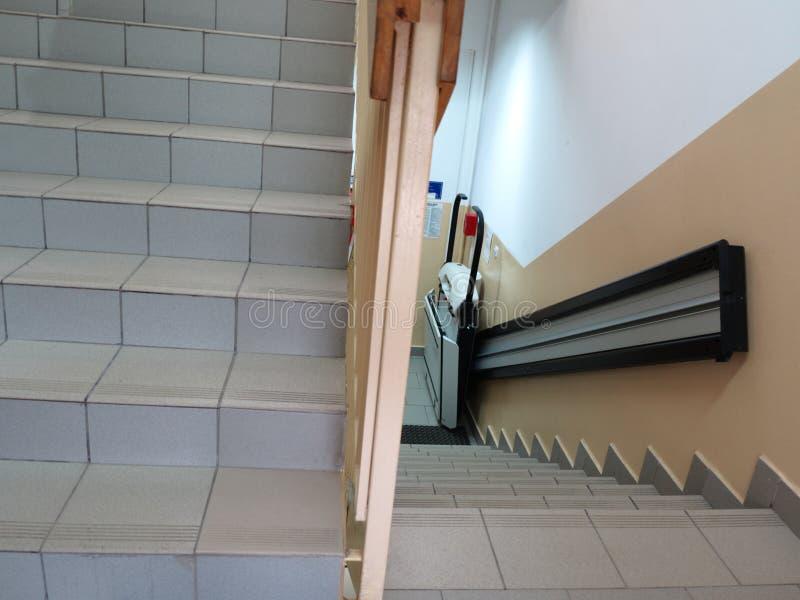 Handicaplift, lift voor ongeldige rolstoel royalty-vrije stock afbeeldingen