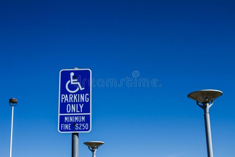 Handicapp do sinal que estaciona somente a cortesia fotografia de stock royalty free