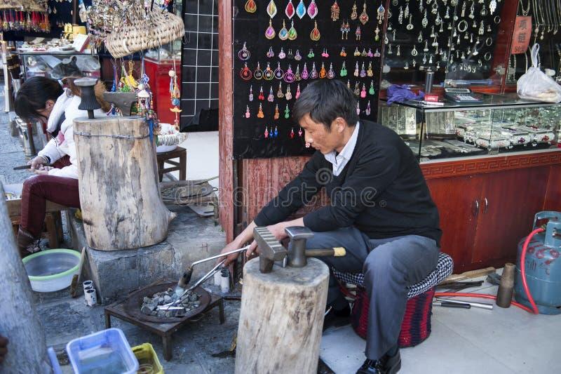 Handicraftsman in alter Stadt Dali stockfoto