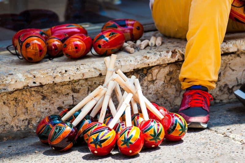 Handicraftsman, das maracas in Cartagena de Indias macht und verkauft lizenzfreies stockbild