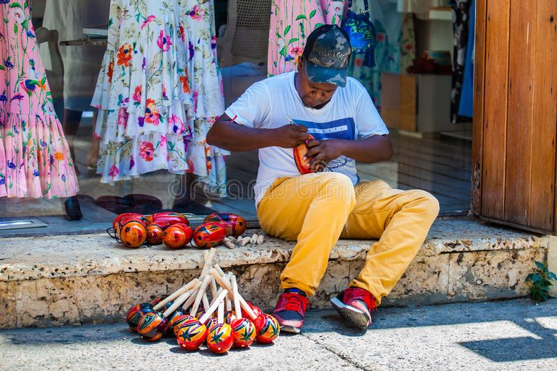 Handicraftsman, das maracas an der ummauerten Stadt in Cartagena de Indias macht und verkauft lizenzfreie stockfotografie