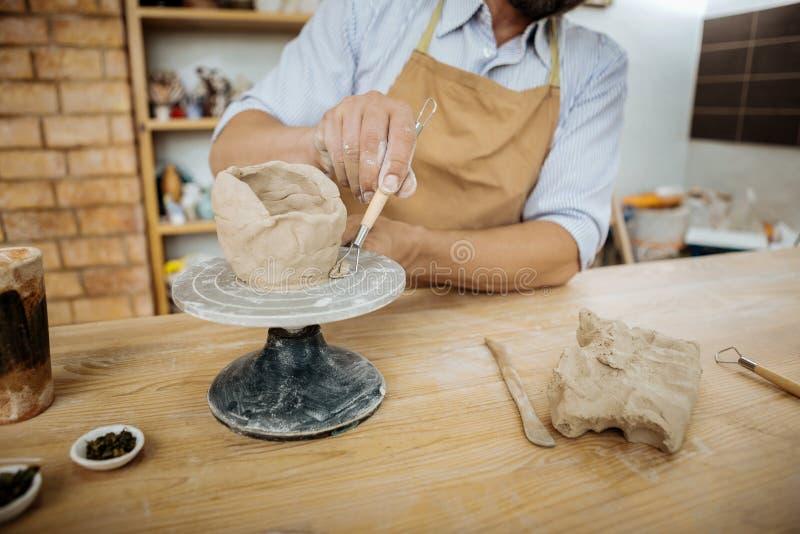 Handicraftsman, das seine kreative Arbeit unter Verwendung Keramik Jigger durchführt stockfoto