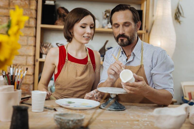 Handicraftsman profissional farpado considerável que dá a classe mestra fotos de stock