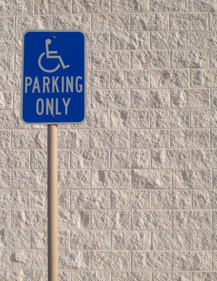 Handikap-Parken-Zeichen mit weißem strukturiertem Backgrou lizenzfreies stockfoto