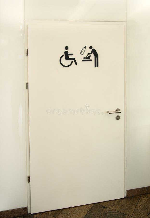 Handikap und Mutterraum mit Kindern am öffentlichen Gebäude lizenzfreie stockbilder