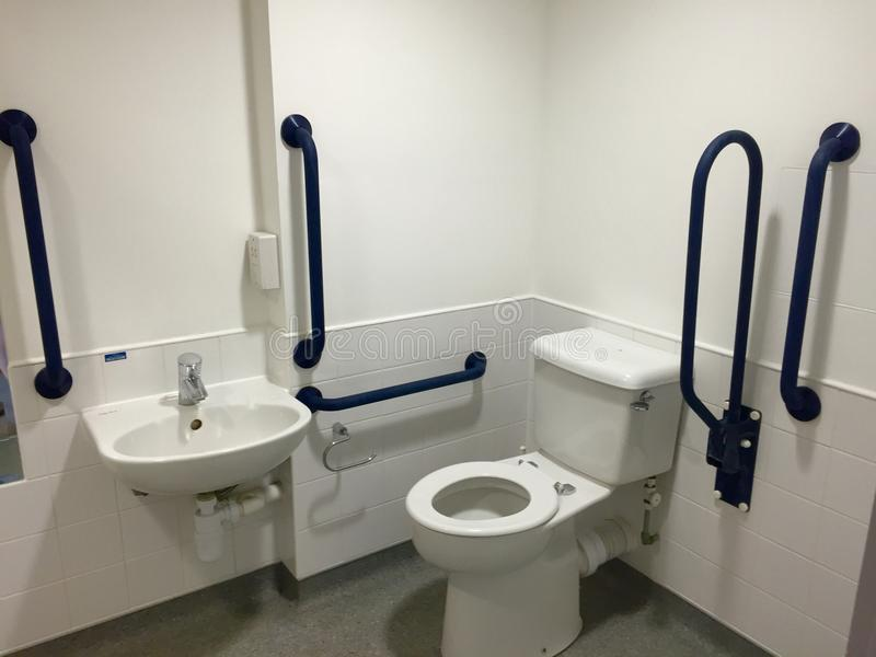 Handikap-zugängliches Badezimmer stockfotos