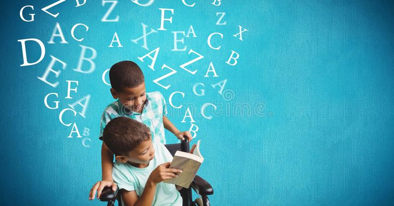 Handikapp pojke- och broderläseboken med alfabet som flyger över blå bakgrund arkivbild