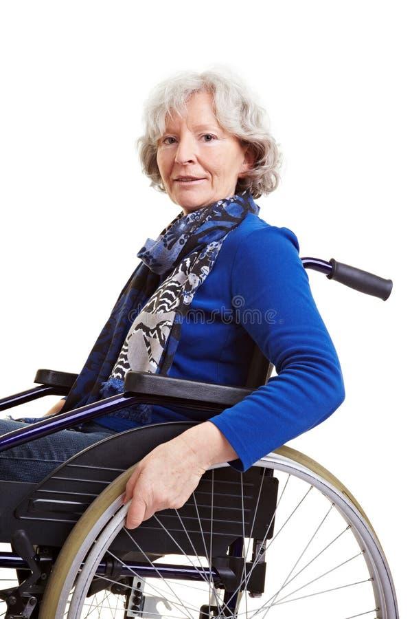 handikappad gammal rullstolkvinna arkivbilder