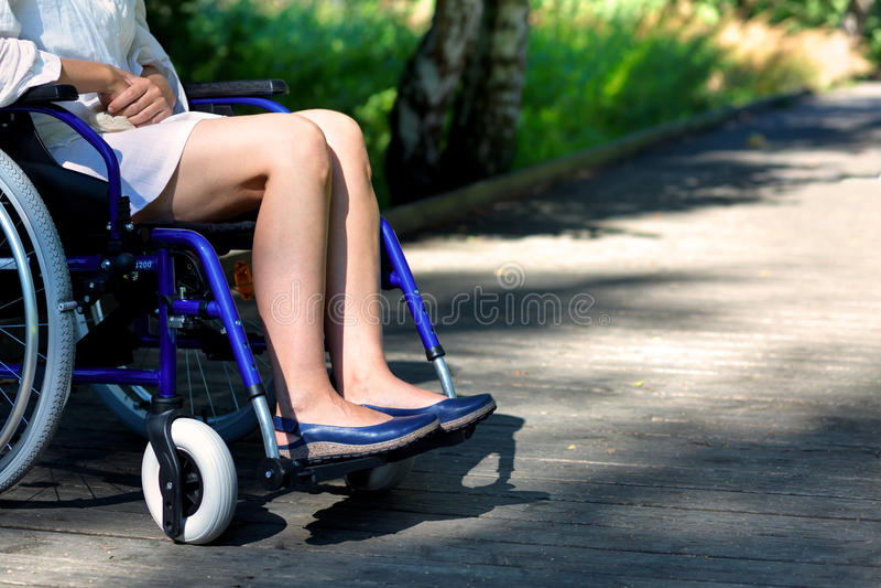 Handikappad kvinna på en rullstol royaltyfri bild