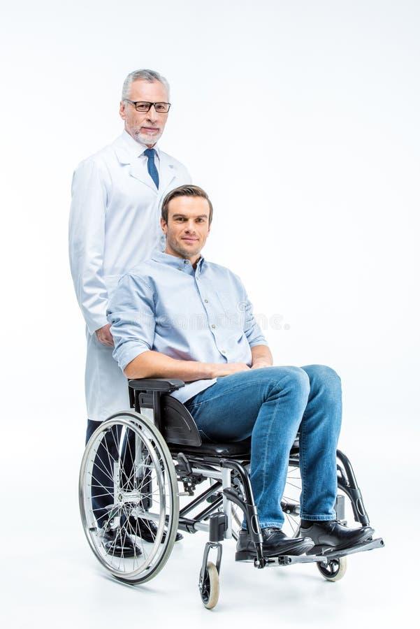 Handikappad man och doktor royaltyfri bild