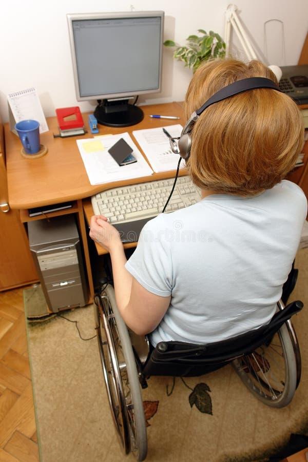handikappad telemarketer arkivbilder